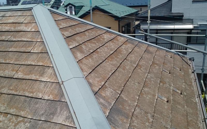 スレート屋根のカビと棟板金の釘の浮き