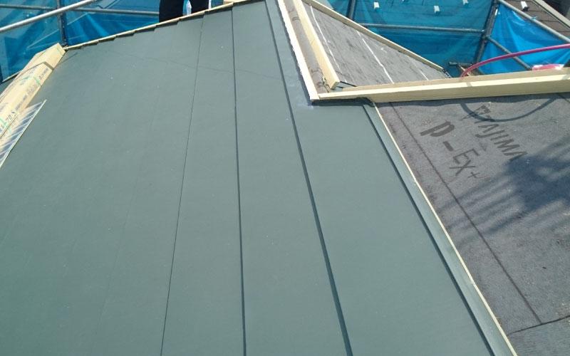 スレート屋根のカバー工法の屋根材の設置