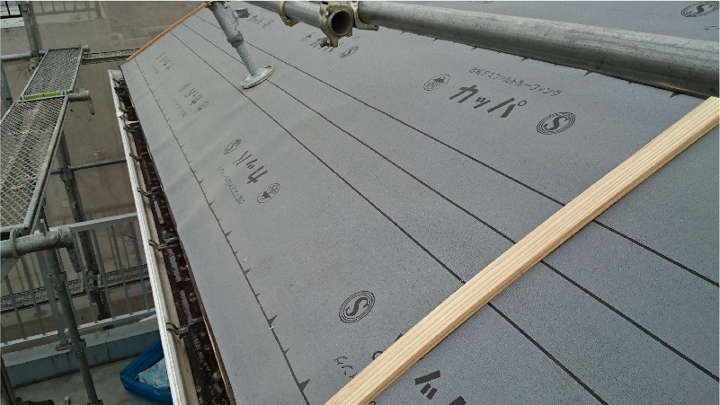 屋根葺き替え工事の防水シートの設置