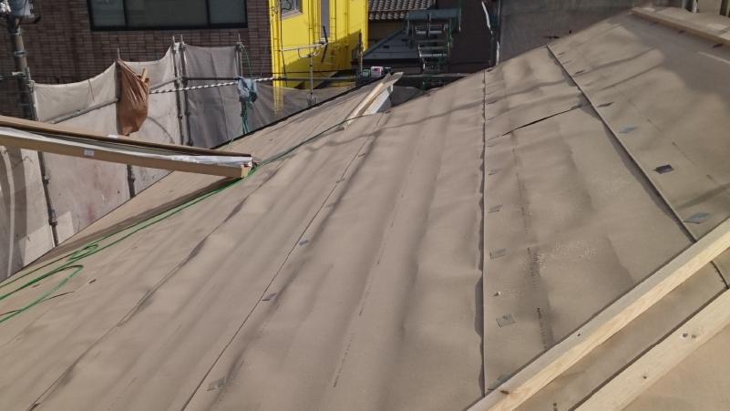 スレート屋根の防水シートの設置