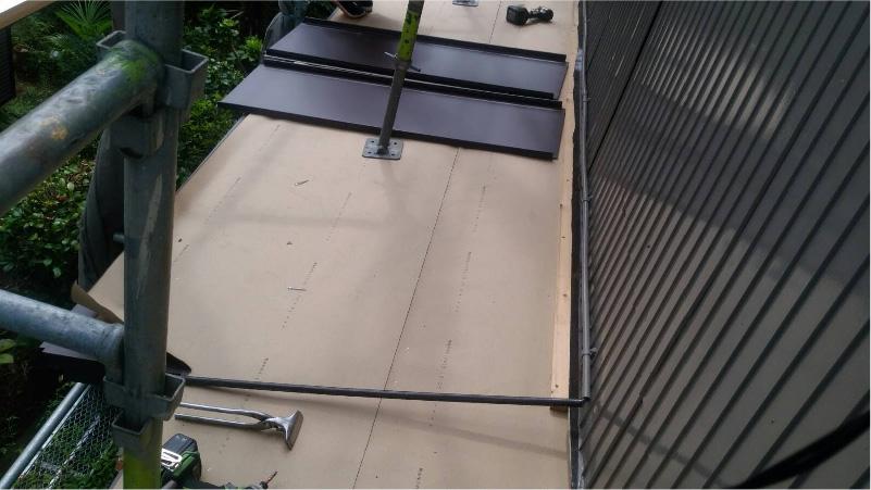 ガルバリウム鋼板への屋根材の設置