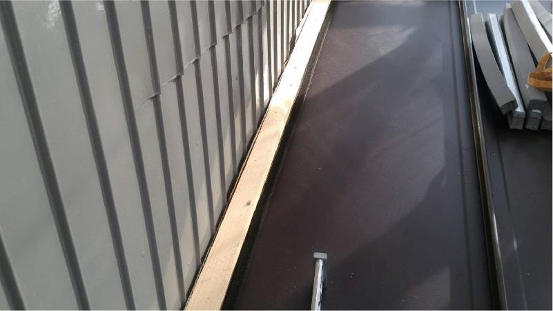 外壁との取り合い部分のガルバリウム鋼板の設置