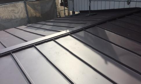 屋根葺き替え工事の新規屋根材の設置