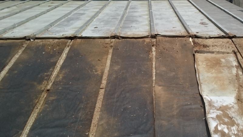 屋根葺き替え工事のトタンの撤去