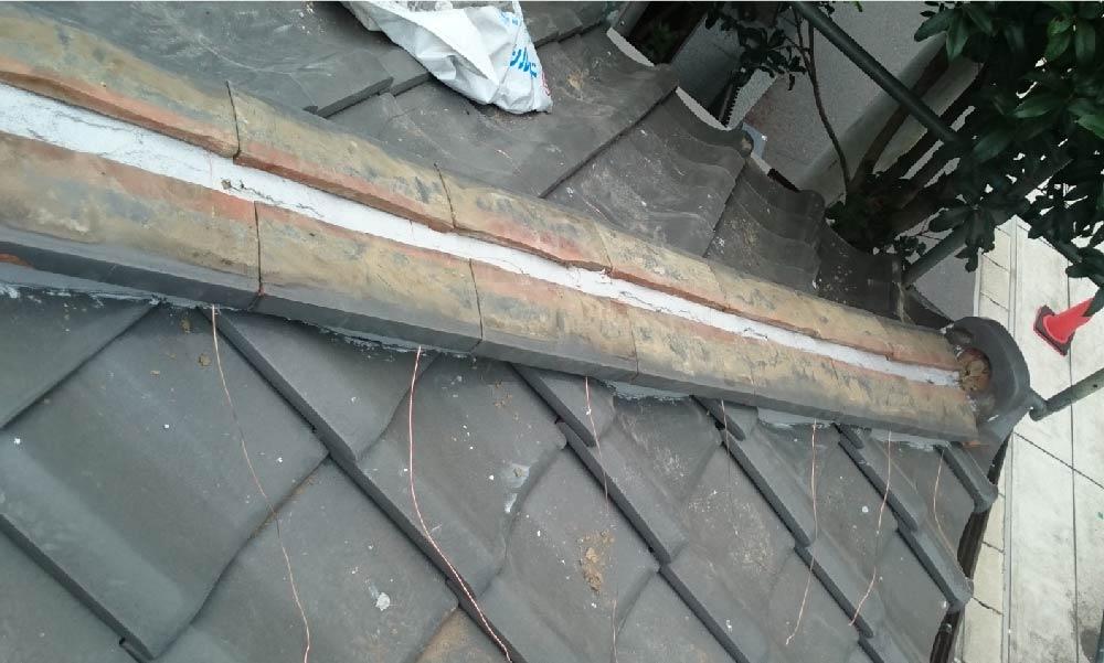 屋根の棟の漆喰補修工事