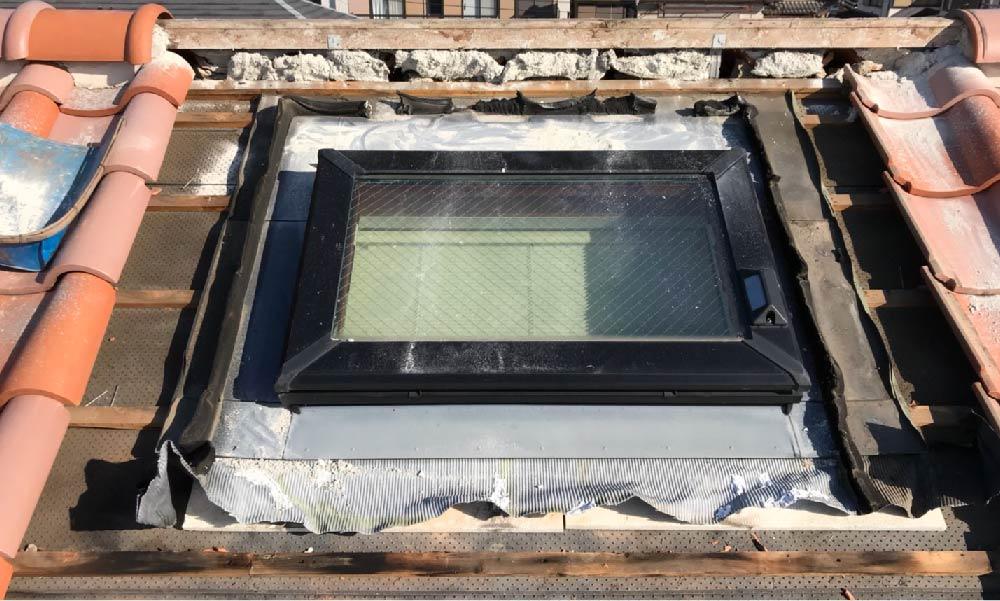 屋根の天窓(トップライト)の雨漏り修理