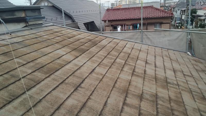 コケとカビが生えたスレート屋根