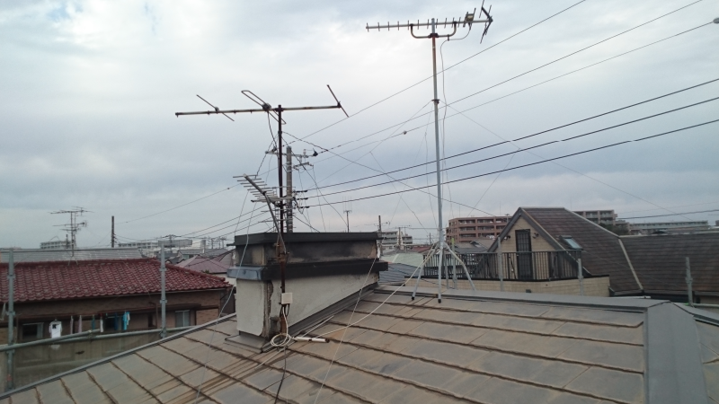 コケとカビが生えたスレート屋根と煙突