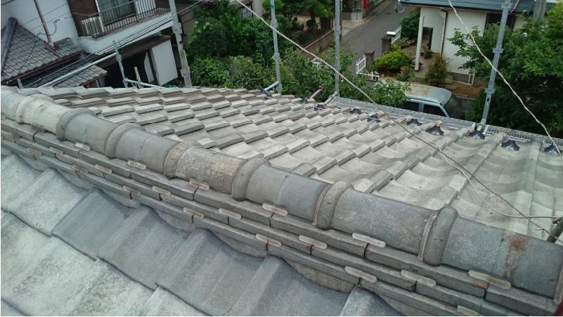 大屋根の棟部分のラバーロック(瓦止め)の状態