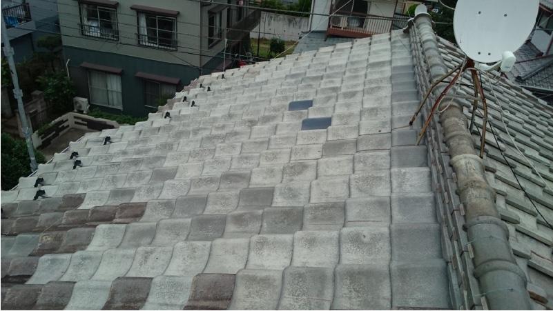 大屋根の瓦を部分補修した痕跡