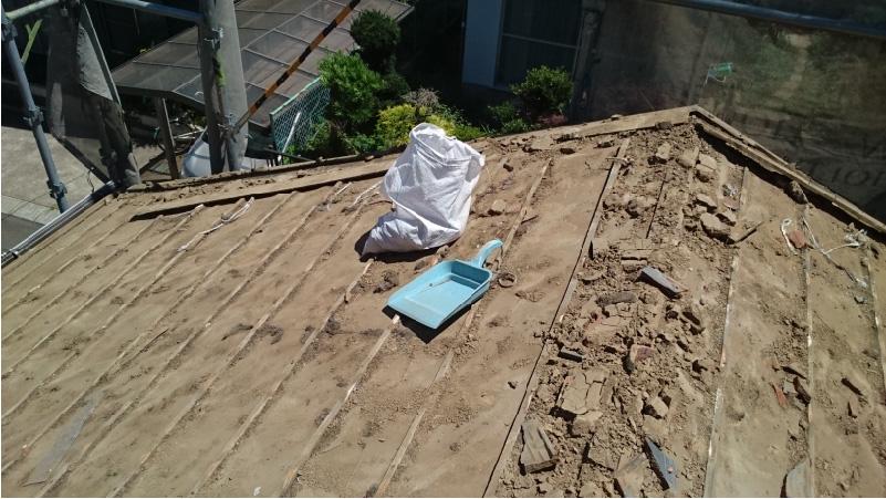 大屋根の瓦おろしの様子