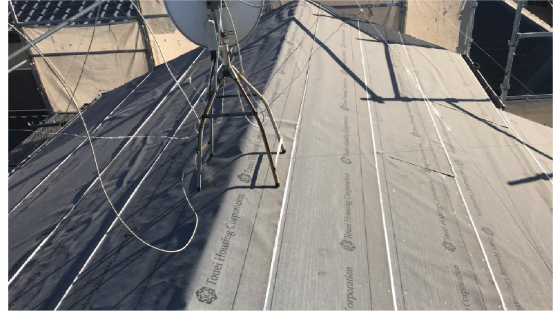 大屋根の棟部分のルーフィング(防水シート)の設置