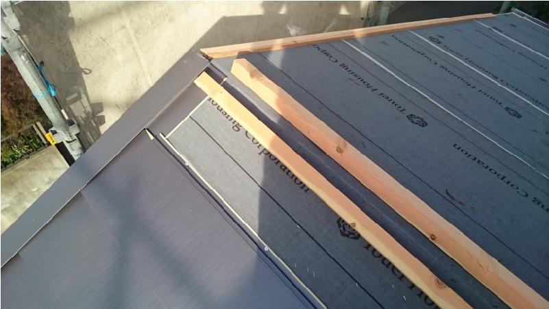 下屋根の棟の下地(貫板)の設置