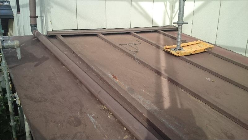 下屋根の瓦棒 (トタン)の施工前の状態