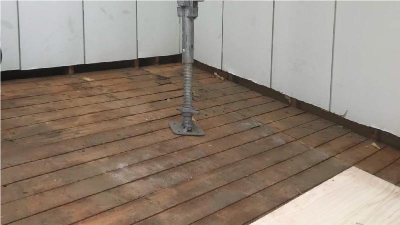 瓦棒撤去後の野地板(バラ板)の状態