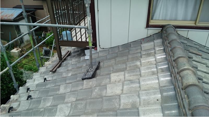 下屋根の瓦の状態とベランダの設置面の状態
