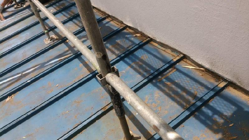下屋根のトタン屋根の施工前の様子