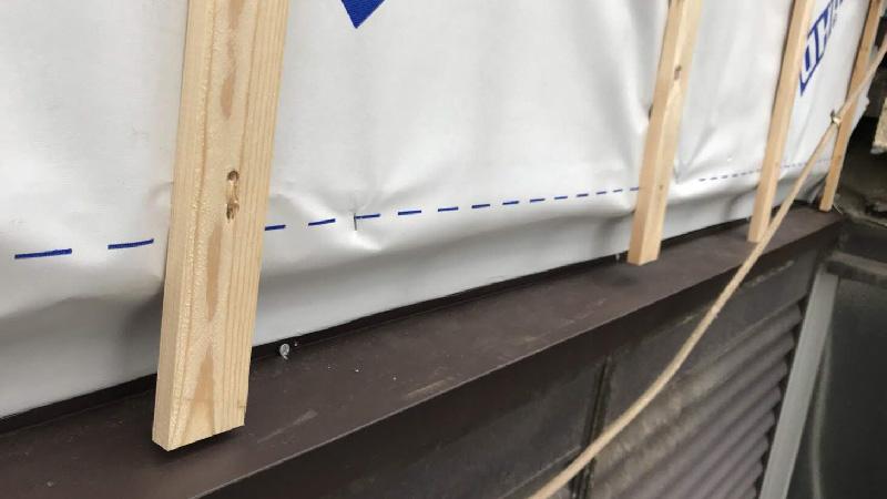 外壁の防水シートの設置と胴縁の施工