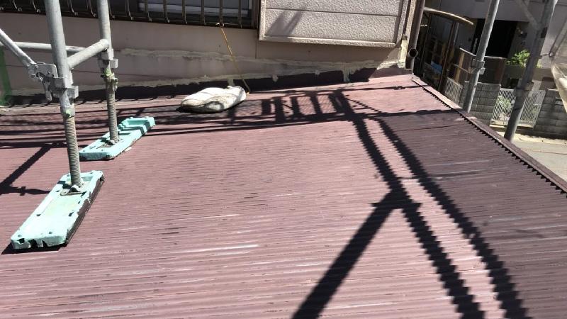 屋根葺き替え工事に前のトタン屋根の様子