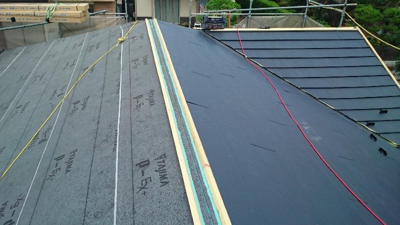 ガルバリウム鋼板と貫板の設置