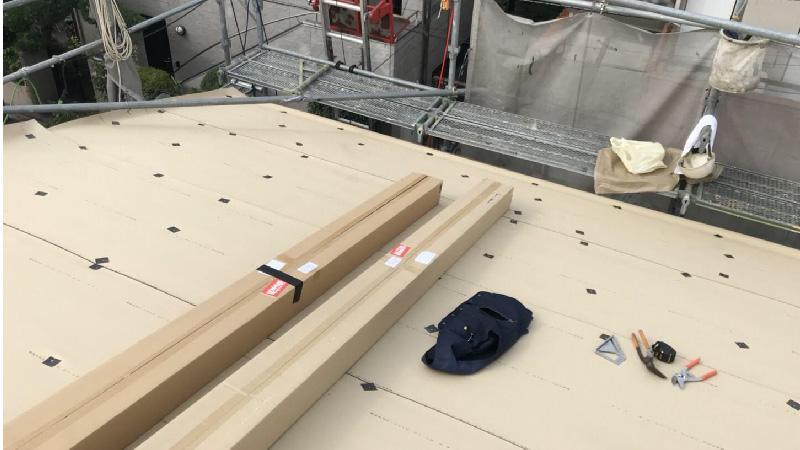 軒先から棟に向かってルーフィングを設置
