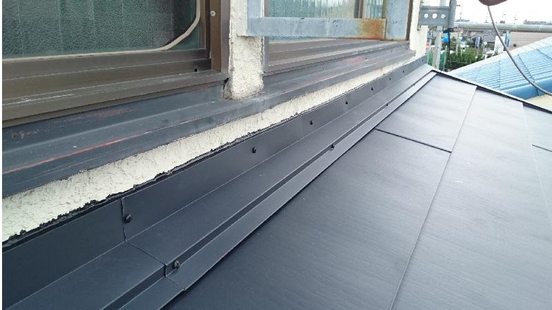 屋根カバー工法(重ね葺き)の施工後の屋根と外壁の取り合い