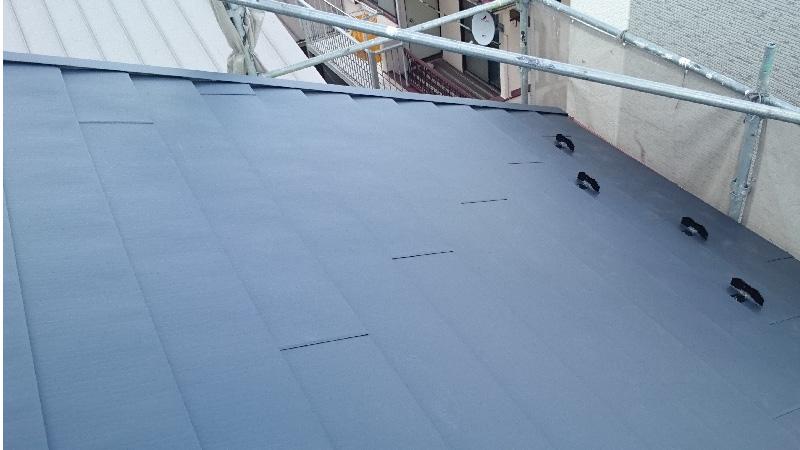 屋根カバー工法(重ね葺き)の施工後の雪止めと役物の様子