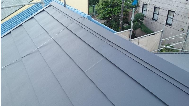 屋根カバー工法(重ね葺き)の施工後の棟の様子
