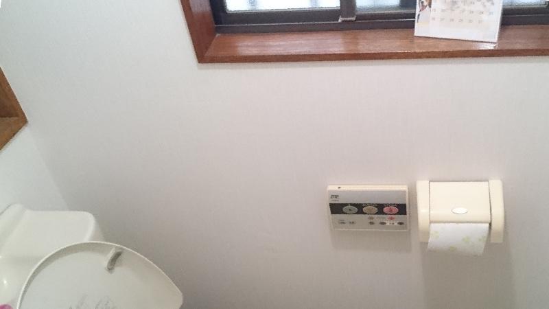 トイレの漏水修理のクロスの設置