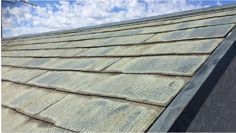 屋根の唐草のサビと汚れたスレート瓦