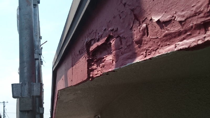 塗装の剥がれて穴が空いた破風板