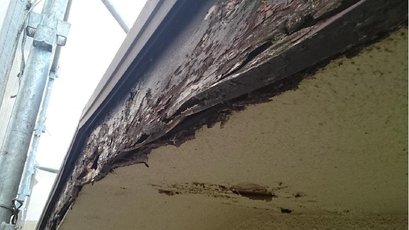 塗装が剥がれて腐食した破風板