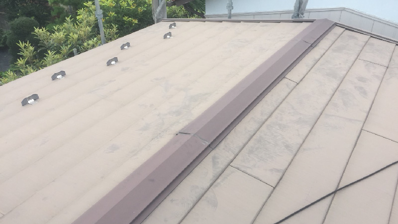 チョーキング現象が発生した屋根と棟板金の錆