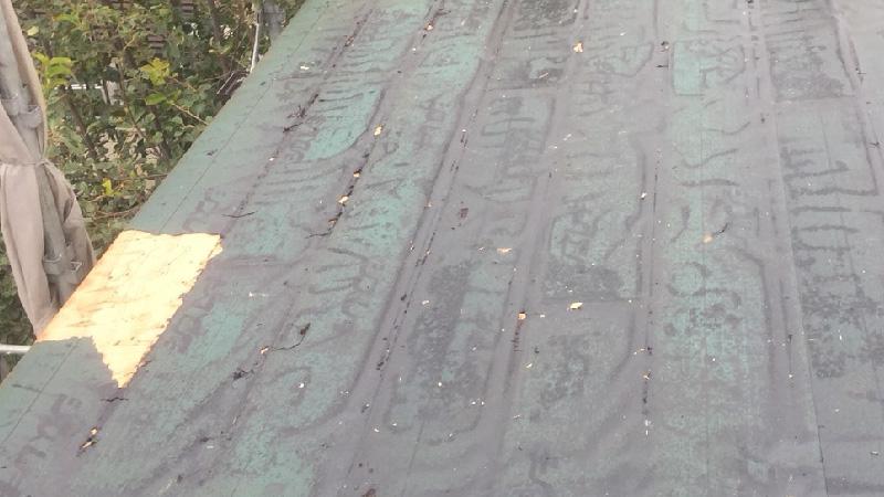 スレート屋根の破れたルーフィング