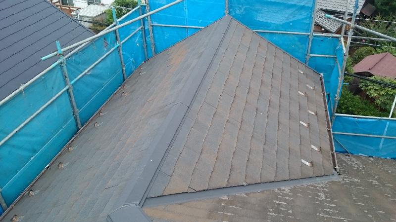 コケの生えたスレート屋根の様子