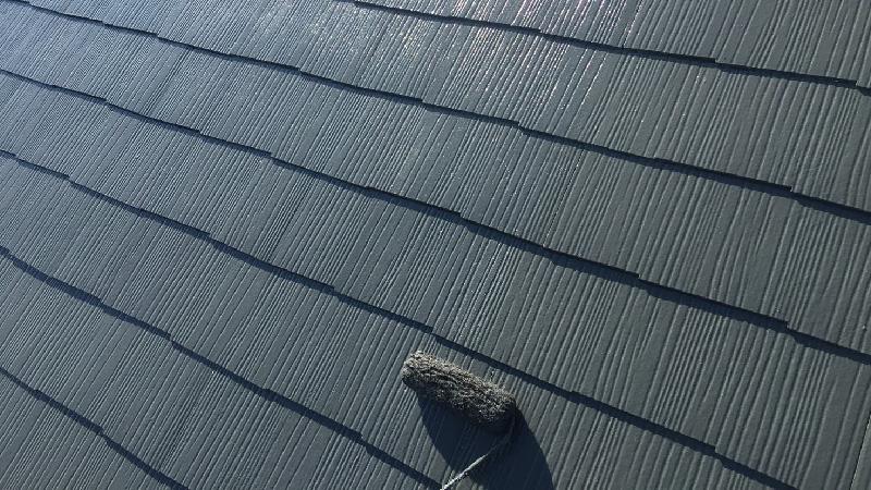 屋根塗装の中塗りの様子
