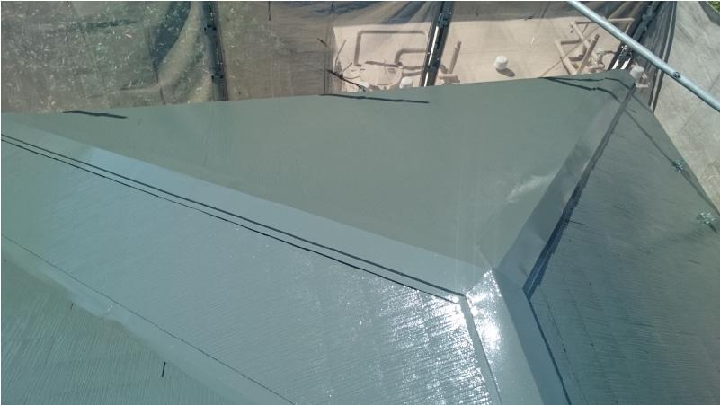 屋根塗装の上塗りの様子
