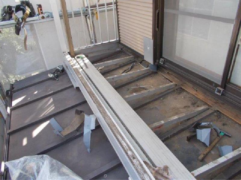 下屋根の瓦棒の撤去