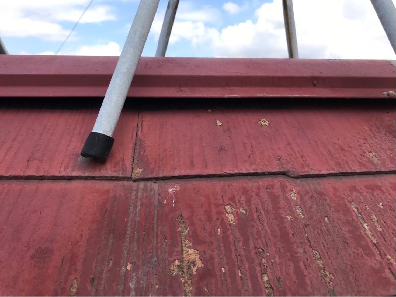 スレート瓦の屋根板金の浮き