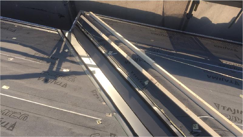 大屋根の谷樋の設置