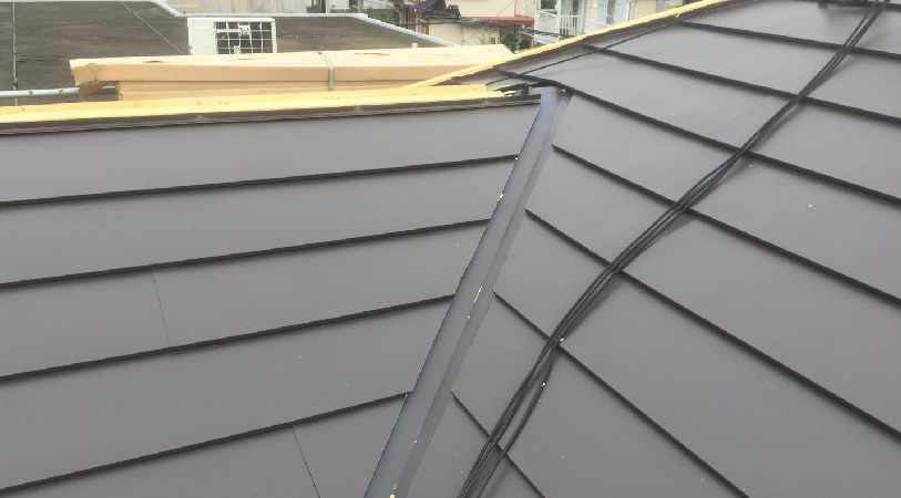 大屋根の屋根材の設置