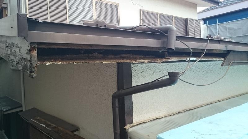 腐食した破風板の撤去の様子