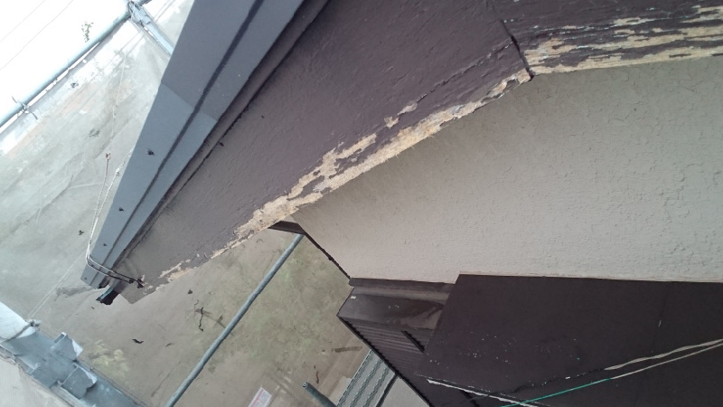 塗装が剥がれた破風板