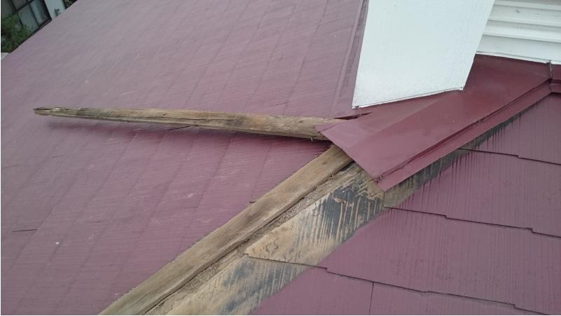 台風で飛散した棟板金