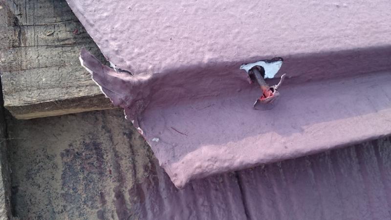 屋根の板金の釘が浮いた写真