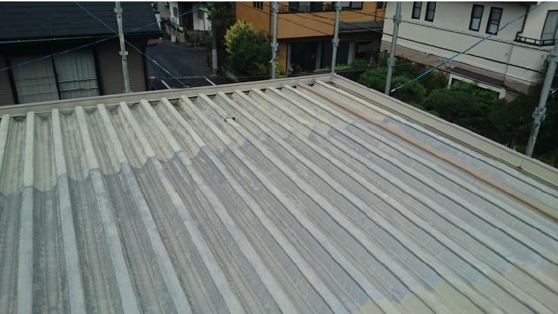 塗装が剥がれている折半屋根