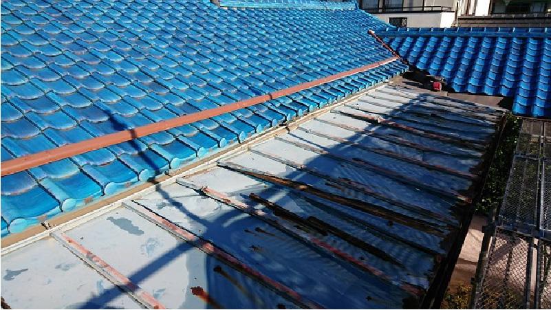瓦棒屋根葺き替え工事の施工前の様子
