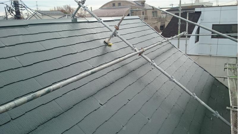 葛飾区の屋根塗装の中塗り後の様子