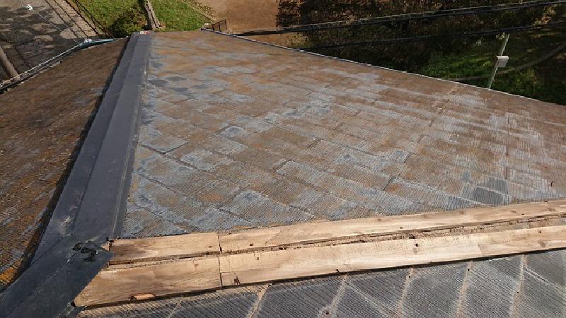 屋根板金が飛散したスレート屋根