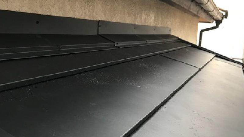 下屋根のカバー工法の雨押さえの設置